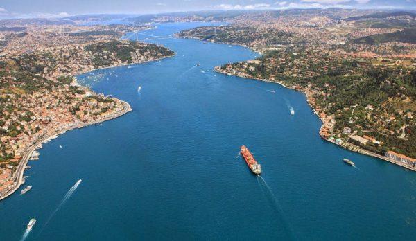 Du thuyền trên eo biển Bosphorus.